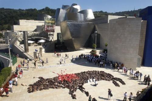 Activistas_antitaurinos_protestan_Bilbao_formando_toro_cuerpos_humanos.jpg